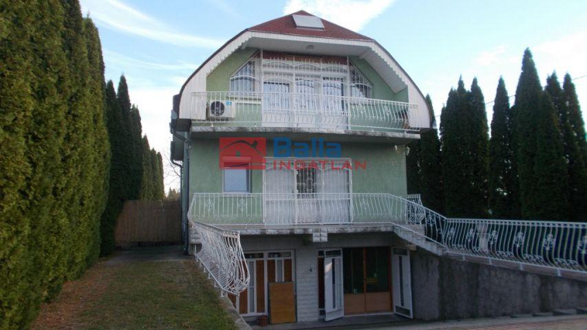 Siófok - Csendes utca:  168 m²-es családi ház   (59'900'000 ,- Ft)