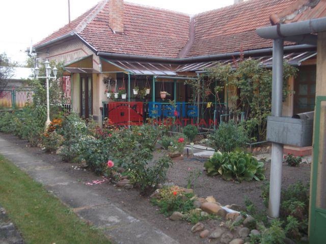 Tiszakécske - Városközponthoz közeli utca:  104 m²-es családi ház   (19'900'000 ,- Ft)