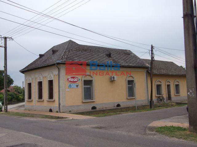 Tiszakécske - Kossuth Lajos utca:  1200 m²-es üzlethelyiség utcai bejárattal   (21'000'000 ,- Ft)